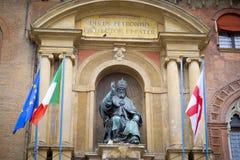 在恩佐国王宫殿的额我略十三世雕象波隆纳大广场的 图库摄影
