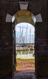 在恩克赫伊森游艇港口的看法  免版税库存照片