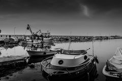 在恶劣天气的小游艇船坞和渔夫风雨棚 免版税库存照片