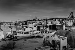 在恶劣天气的小游艇船坞和渔夫风雨棚 库存图片