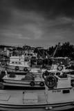 在恶劣天气的小游艇船坞和渔夫风雨棚 免版税库存图片