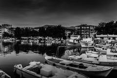 在恶劣天气的小游艇船坞和渔夫风雨棚 库存照片