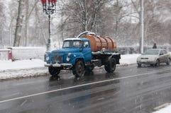 在恶劣天气的街道在冬天 汽车在一条溜滑路驾驶 有暴风雪 库存图片