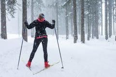 在恶劣天气的越野滑雪 免版税库存图片