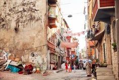 在恶劣的街道上的人们有老城市大厦的土耳其 库存图片