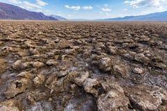 在恶魔高尔夫球场的破裂的土壤,死亡谷,美国 免版税库存照片