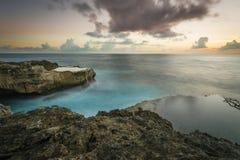 在恶魔` s努沙Lembongan,巴厘岛泪花峭壁的日落  免版税库存图片