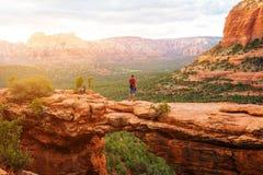 在恶魔` s桥梁足迹,有背包的人远足者的旅行享受看法, Sedona,亚利桑那,美国的 库存照片