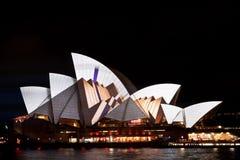 在悉尼歌剧院的生动的轻的节日 免版税库存照片