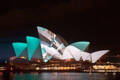 在悉尼歌剧院的生动的轻的节日 库存图片