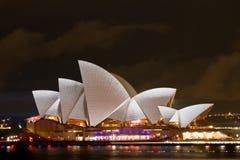 在悉尼歌剧院的生动的轻的节日 免版税图库摄影