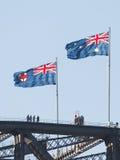 在悉尼港桥的两面旗子 免版税库存照片
