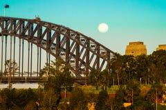 在悉尼港桥的月出 图库摄影