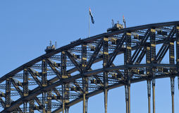 在悉尼港桥顶部的登山人 免版税库存照片