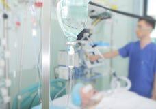在患者背景的医学精心照料的 免版税库存照片