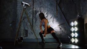 在您开始训练前,短的短裤的体育性感的女孩给腿肌肉和屁股加热 股票录像