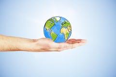 在您的手概念的全世界用手和拉长的地球 免版税库存图片