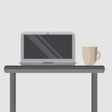 在您的桌面上的银色膝上型计算机有一杯咖啡的 图库摄影