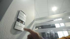 在您聪明的家控制板的男性数据开关  股票录像