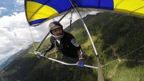 在悬挂式滑翔机的人回旋 股票录像