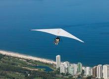 在悬挂式滑翔机的纵排飞行-里约热内卢 免版税库存照片
