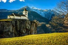 在悬崖上的教会 免版税库存图片