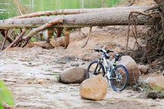 在悬崖的自行车 免版税库存照片