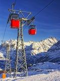 在悬索铁路的红色缆车在冬季体育在sw依靠 库存图片
