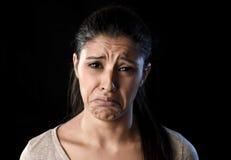 在悲伤和重音的有吸引力的哀伤和绝望拉丁妇女哭泣的被挫败的遭受的问题 免版税图库摄影