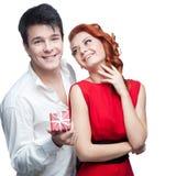 在情人节的新微笑的夫妇 免版税库存照片