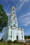 在惊人的卷云下的俄罗斯最高的钟楼 图库摄影