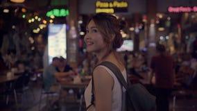 在惊人的地标的愉快的年轻女性消费假日旅行和夜享用她的旅途传统城市 影视素材