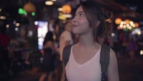 在惊人的地标的愉快的年轻女性消费假日旅行和夜享用她的旅途传统城市 股票录像
