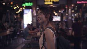 在惊人的地标的愉快的年轻女性消费假日旅行和夜享用她的旅途传统城市 股票视频