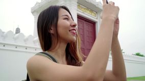 在惊人的地标的旅客背包徒步旅行者亚洲妇女博客作者消费假日旅行在传统城市享受她的旅途 股票视频
