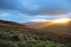 在惊人的山风景的壮丽落日 免版税库存图片
