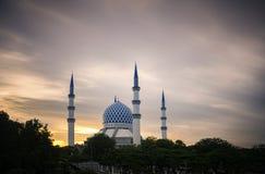 在惊人的日出背景的美丽的苏丹萨拉赫丁省阿卜杜勒・阿齐兹Shah清真寺 免版税库存图片