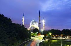 在惊人的日出背景的美丽的苏丹萨拉赫丁省阿卜杜勒・阿齐兹Shah清真寺 图库摄影