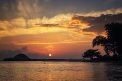 在惊人的日出背景的美好的剪影海视图风景 击中沙滩的阳光射线和软的波浪 免版税库存照片