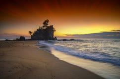 在惊人的日出背景的美好的海视图风景 击中沙滩的阳光射线和软的波浪 图库摄影
