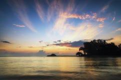 在惊人的日出背景的美好的海视图风景 击中沙滩的阳光射线和软的波浪 免版税库存照片