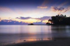 在惊人的日出背景的美好的海视图风景 击中沙滩的阳光射线和软的波浪 库存图片