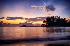 在惊人的日出背景的美好的自然海视图风景 击中沙滩的阳光射线和软的波浪 免版税库存照片
