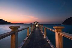 在惊人的日落期间的码头 免版税库存图片