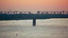 在惊人的日落的美丽的桥梁与通过 股票录像