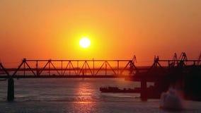 在惊人的日落的美丽的桥梁与通过 影视素材
