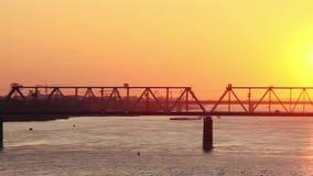 在惊人的日落的美丽的桥梁与通过 股票视频