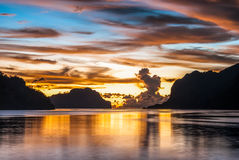 在惊人的颜色的日落在El Nido 免版税库存图片