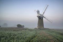 在惊人的风景的风车在美好的夏天黎明 免版税图库摄影