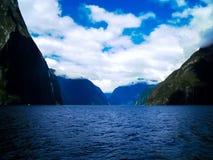 在惊人的Milford Sound,新西兰的一个剧烈的场面 免版税库存图片